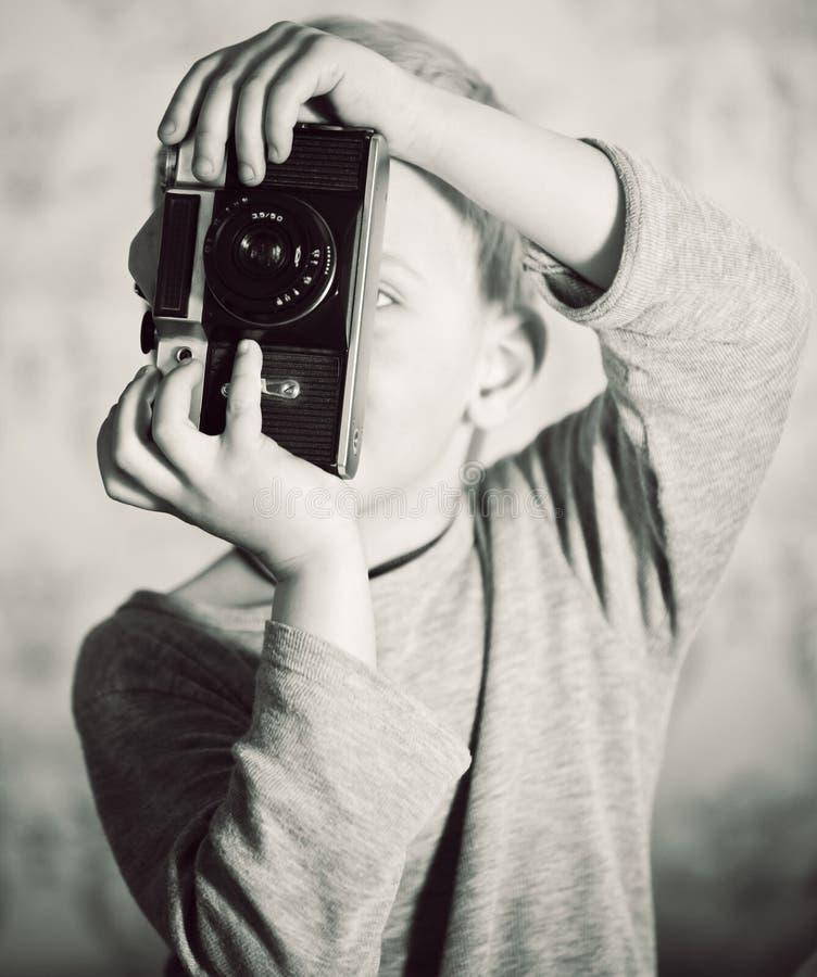 Muchacho que captura con la cámara retra imagenes de archivo