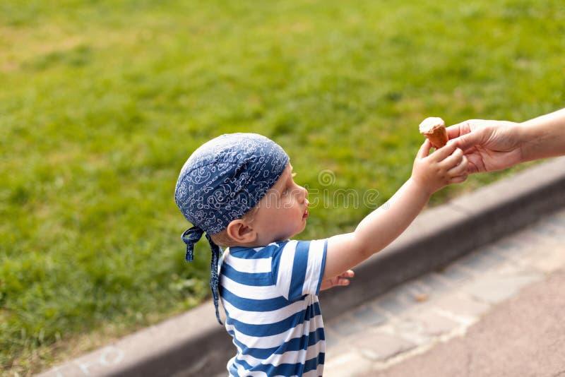 Muchacho que come el helado foto de archivo