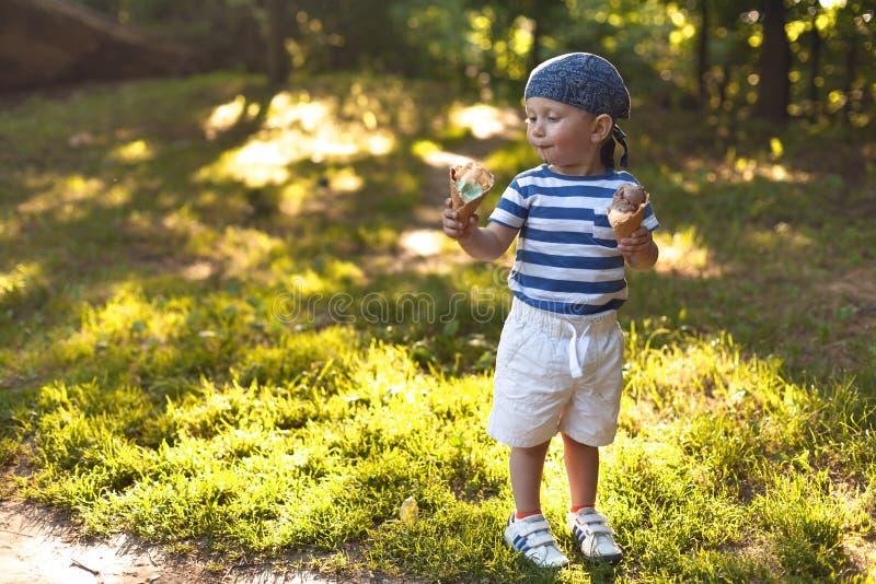 Muchacho que come el helado fotografía de archivo