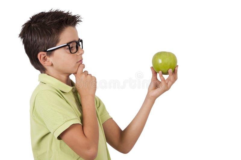 Muchacho que come la manzana imagen de archivo