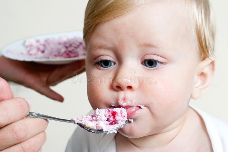 Muchacho que come los alimentos para niños con la cuchara foto de archivo libre de regalías