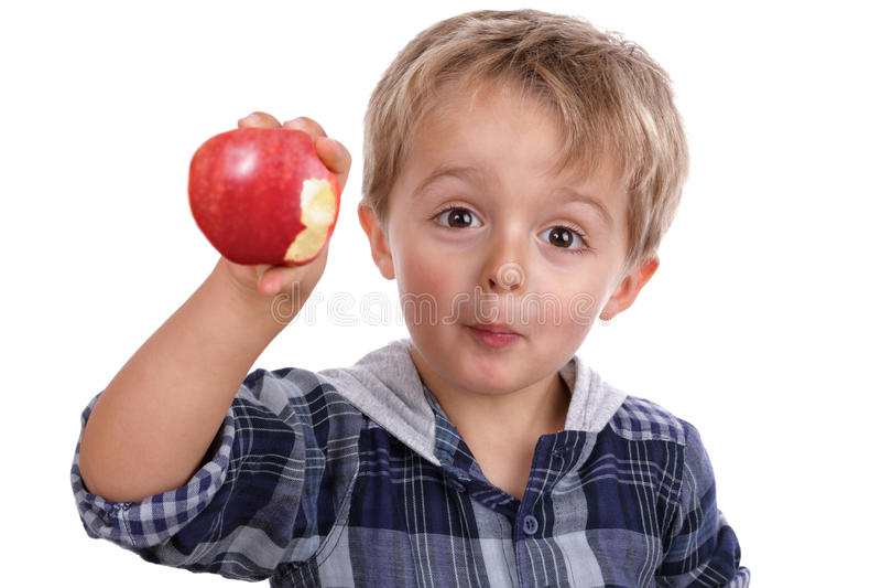 Muchacho que come una manzana roja fotografía de archivo