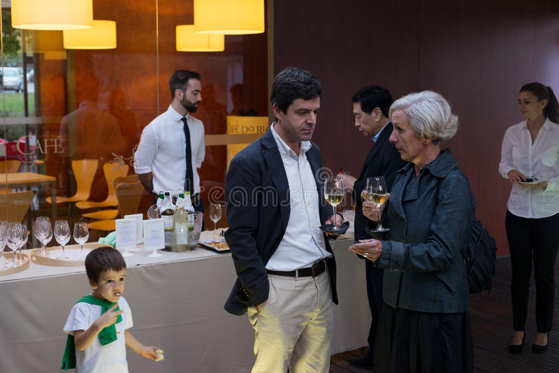 Muchacho que come violentamente el baguette en la recepción elegante de la degustación de vinos de clase superior imágenes de archivo libres de regalías