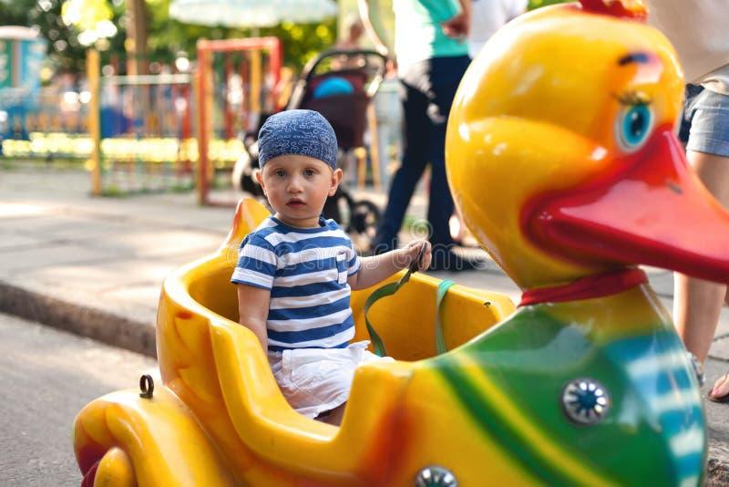 Muchacho que conduce el pato del juguete fotografía de archivo libre de regalías
