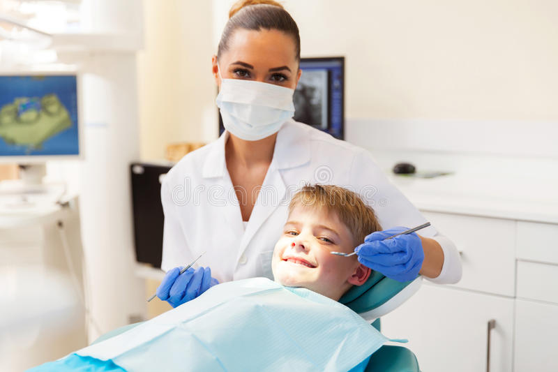 Muchacho que consigue chequeo dental imagen de archivo