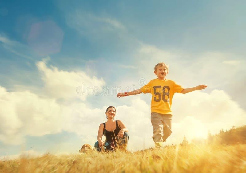 Muchacho que corre en campo de oro imagen de archivo libre de regalías