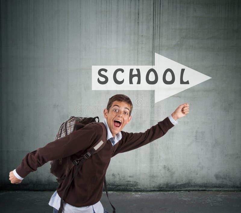 Muchacho que corre a la escuela foto de archivo libre de regalías