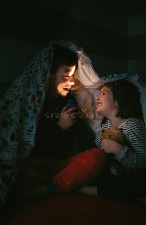 Muchacho que cuenta una historia a su hermana fotos de archivo libres de regalías