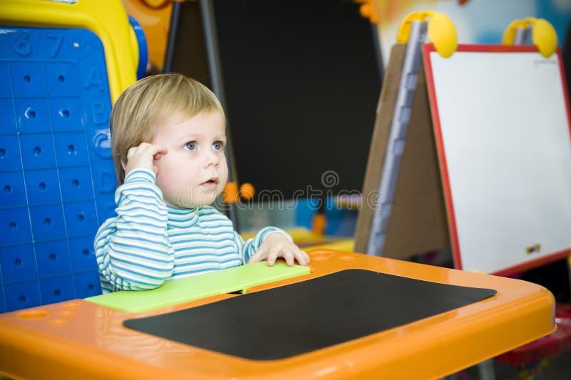 Muchacho que escucha fotografía de archivo