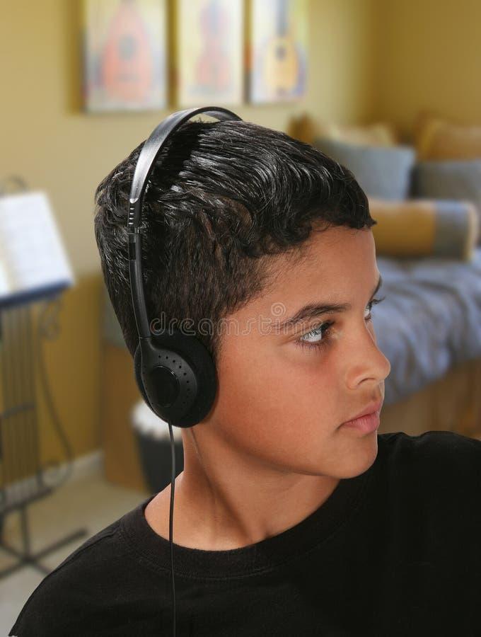 Muchacho que escucha la música fotografía de archivo libre de regalías