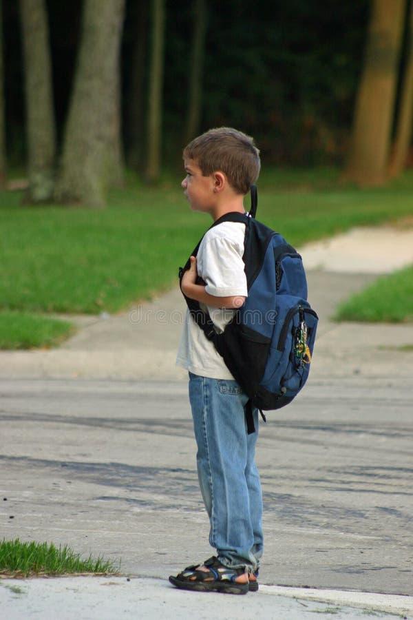Muchacho que espera en el omnibus foto de archivo