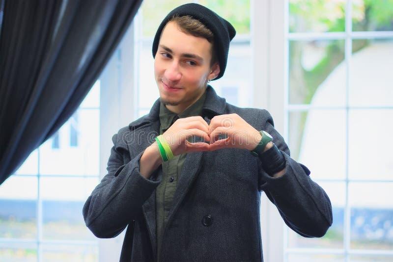 Muchacho que forma sus manos a la forma del corazón fotografía de archivo libre de regalías
