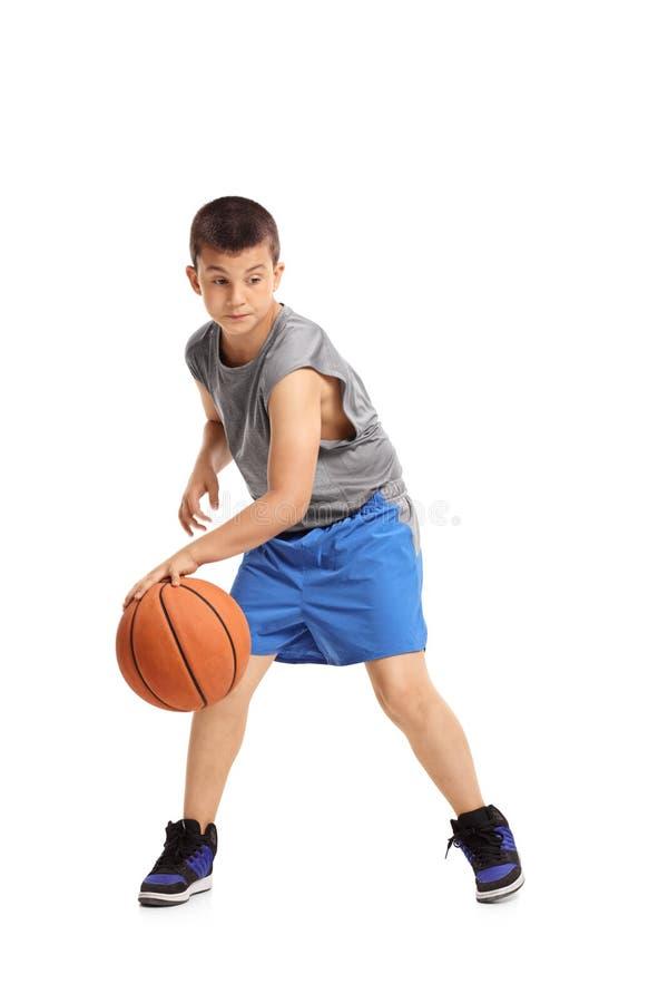 Muchacho que gotea con un baloncesto foto de archivo libre de regalías