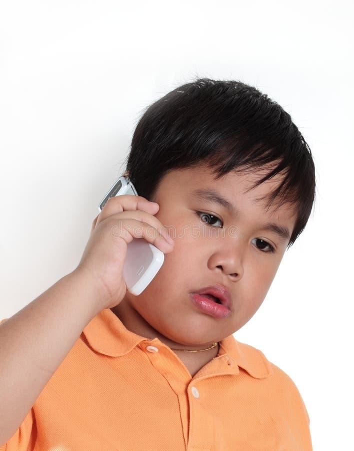 Muchacho que habla en el teléfono fotografía de archivo libre de regalías