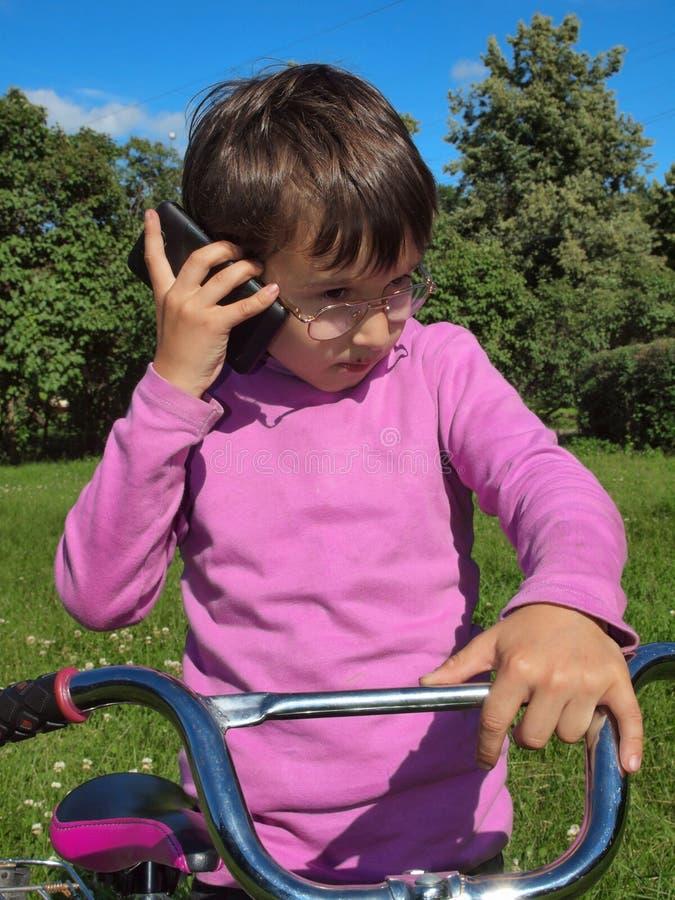 Muchacho que habla en el teléfono imágenes de archivo libres de regalías