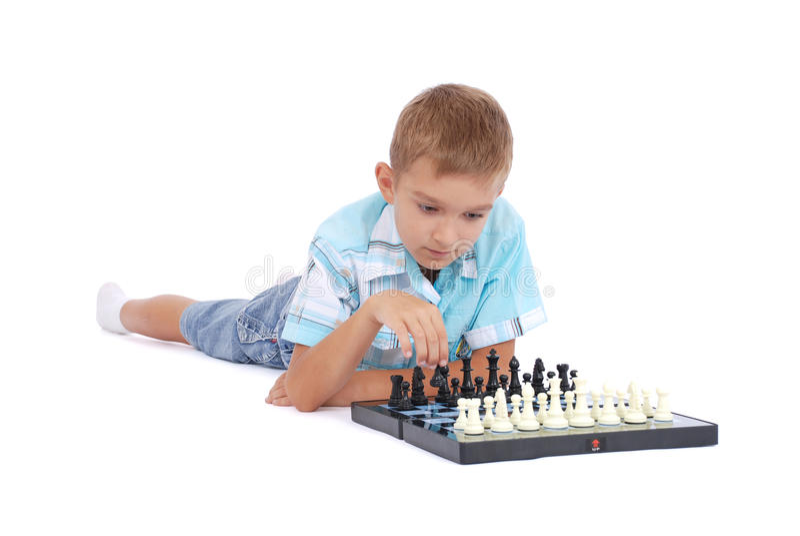 Muchacho que juega a ajedrez fotos de archivo