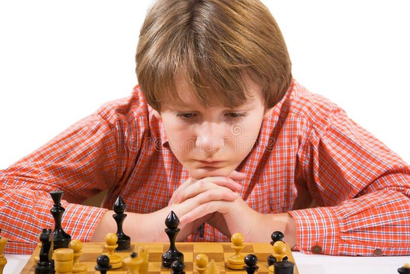 Muchacho que juega a ajedrez fotos de archivo libres de regalías