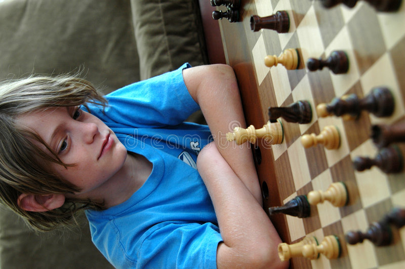 Muchacho que juega a ajedrez foto de archivo libre de regalías