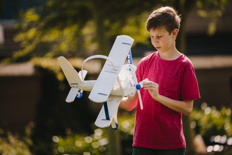 Muchacho que juega con un avión del juguete al aire libre imágenes de archivo libres de regalías