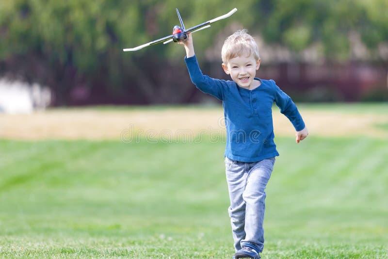 Muchacho que juega el avión del juguete foto de archivo libre de regalías