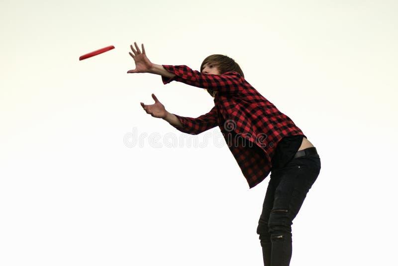 Muchacho que juega el disco volador foto de archivo