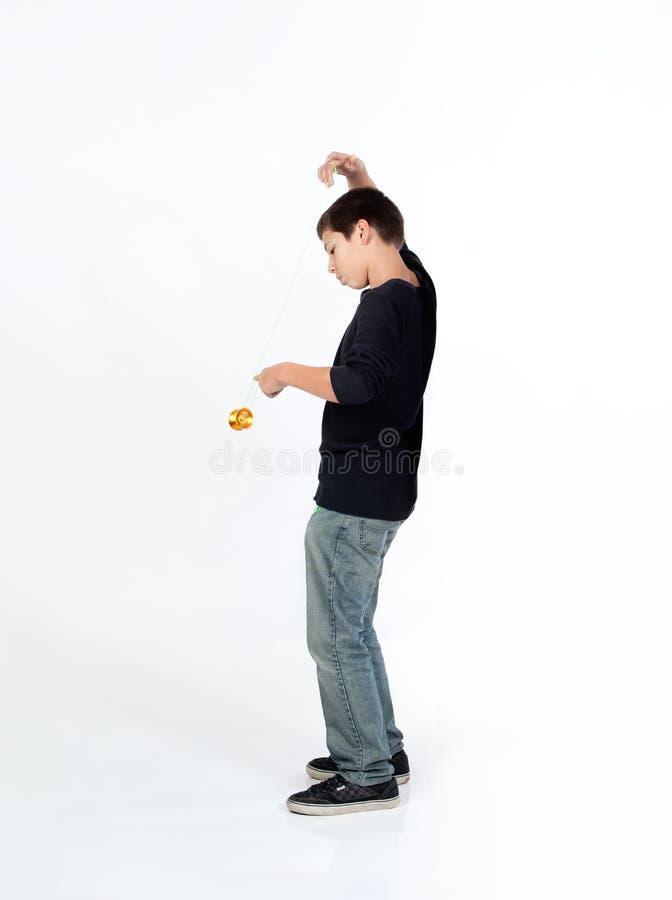 Muchacho que juega el yoyo foto de archivo