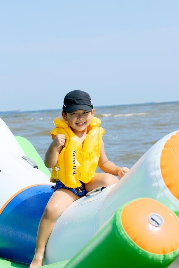 Muchacho que juega en el mar imagen de archivo libre de regalías