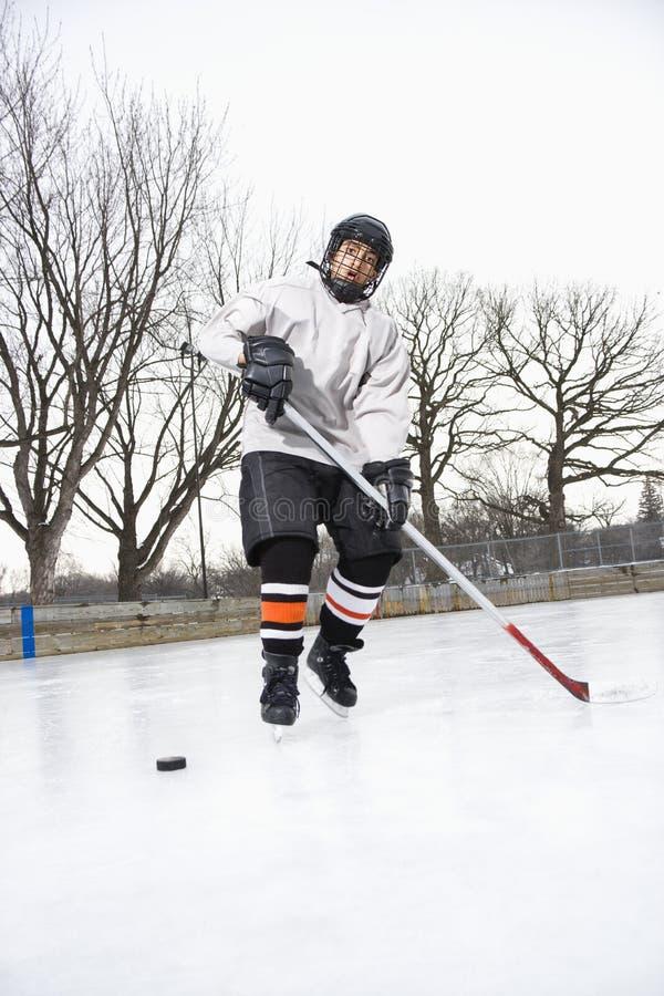 Muchacho que juega a hockey sobre hielo. fotos de archivo libres de regalías