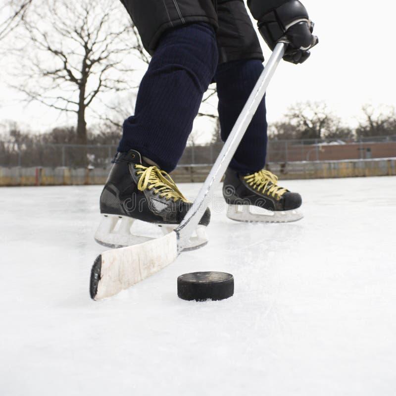 Muchacho que juega a hockey sobre hielo. fotografía de archivo libre de regalías
