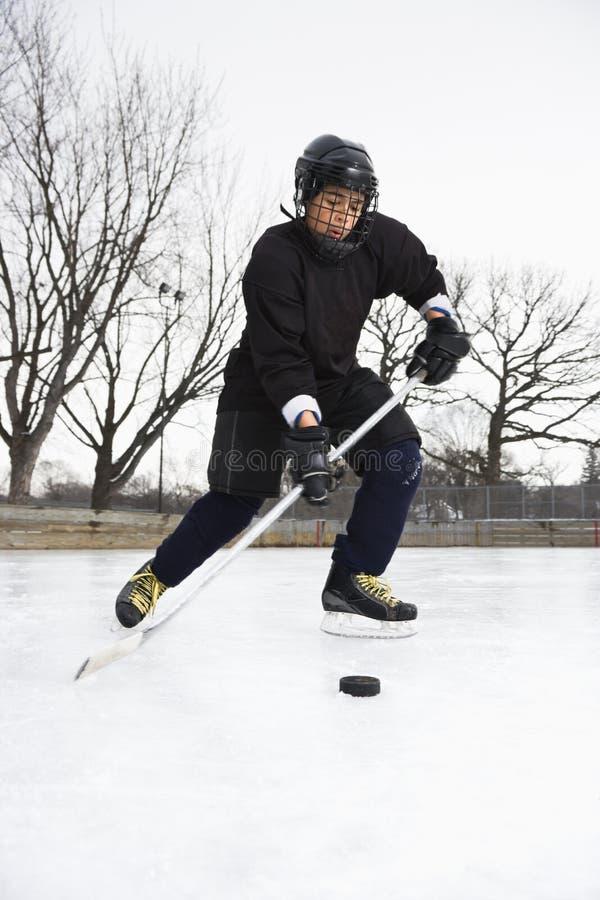 Muchacho que juega a hockey sobre hielo. foto de archivo libre de regalías