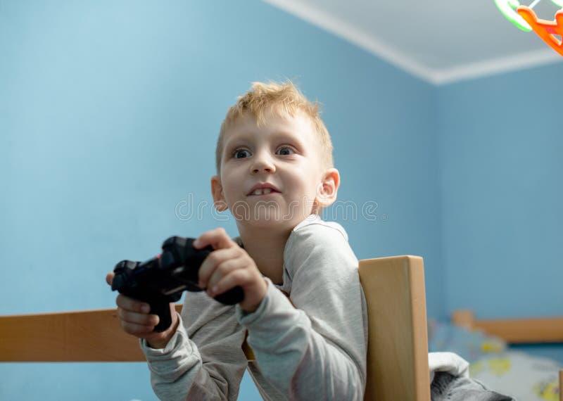 Muchacho que juega a los juegos video imagen de archivo