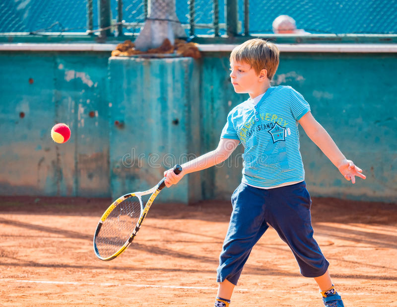 Muchacho que juega a tenis imagenes de archivo