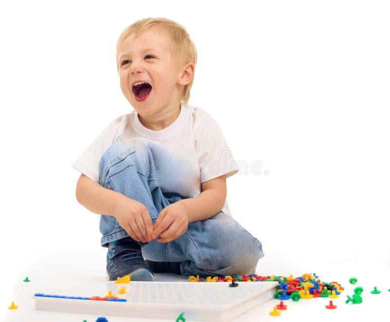 Muchacho que juega y que ríe imágenes de archivo libres de regalías