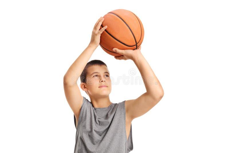 Muchacho que lanza un baloncesto imagenes de archivo