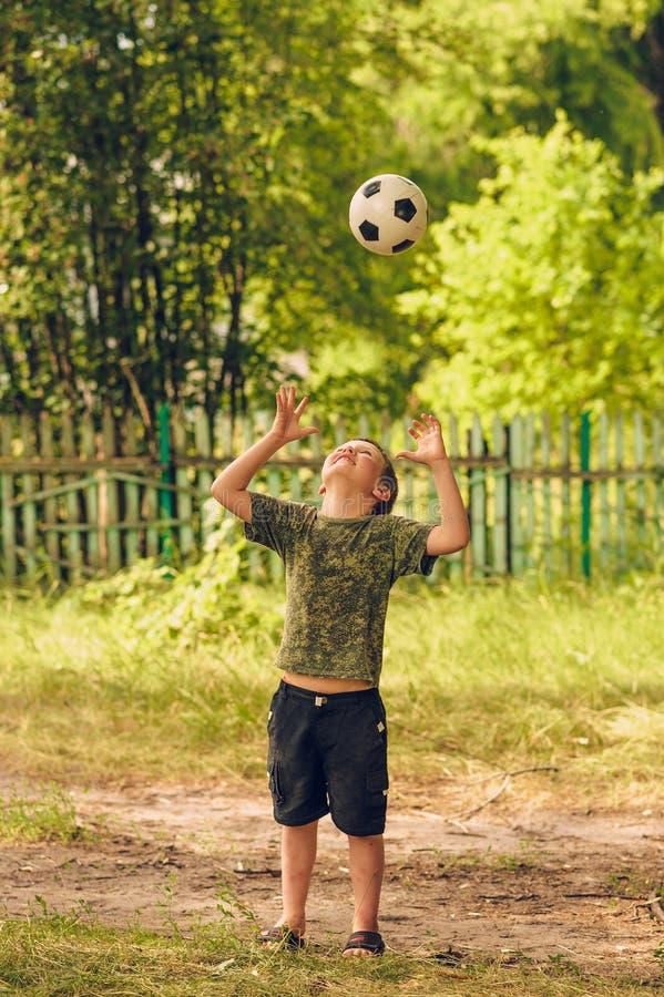 Muchacho que lanza una bola fotografía de archivo libre de regalías