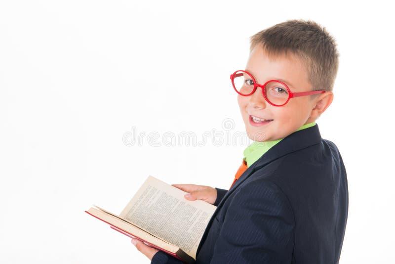 Muchacho que lee un libro sediento para el conocimiento - aislado sobre un fondo blanco fotografía de archivo libre de regalías