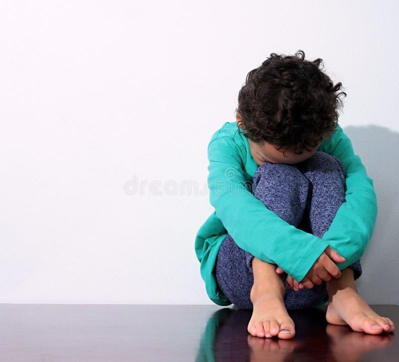 Muchacho que llora en pobreza fotografía de archivo