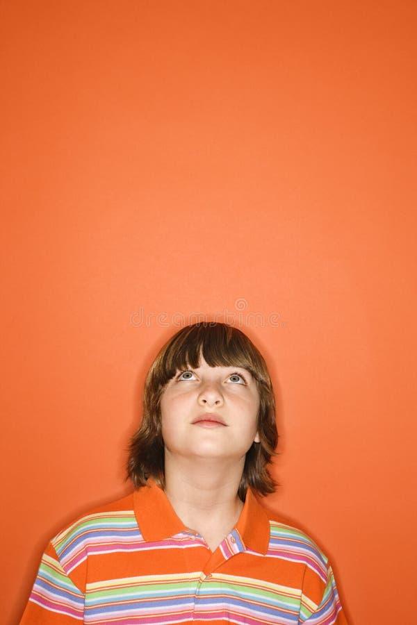 Muchacho que mira para arriba. fotos de archivo libres de regalías