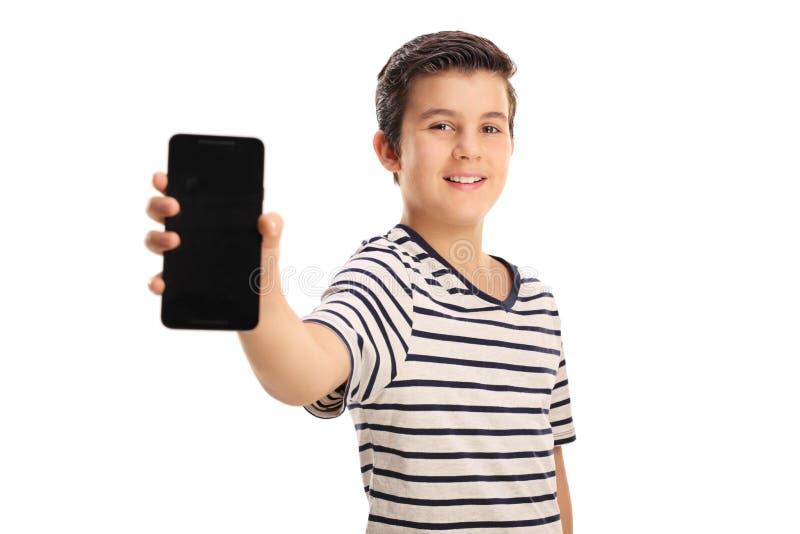 Muchacho que muestra un teléfono fotografía de archivo