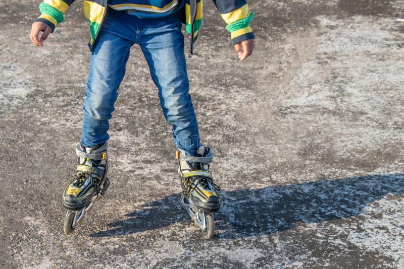 Muchacho que patina en piso concreto foto de archivo