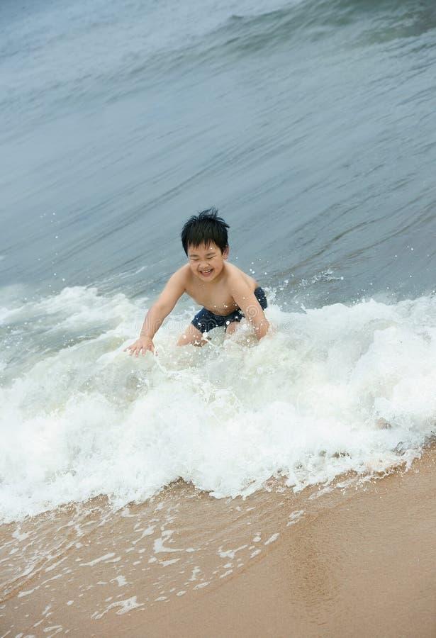 Muchacho que practica surf fotos de archivo libres de regalías