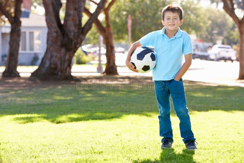 Muchacho que presenta con el balón de fútbol imagen de archivo