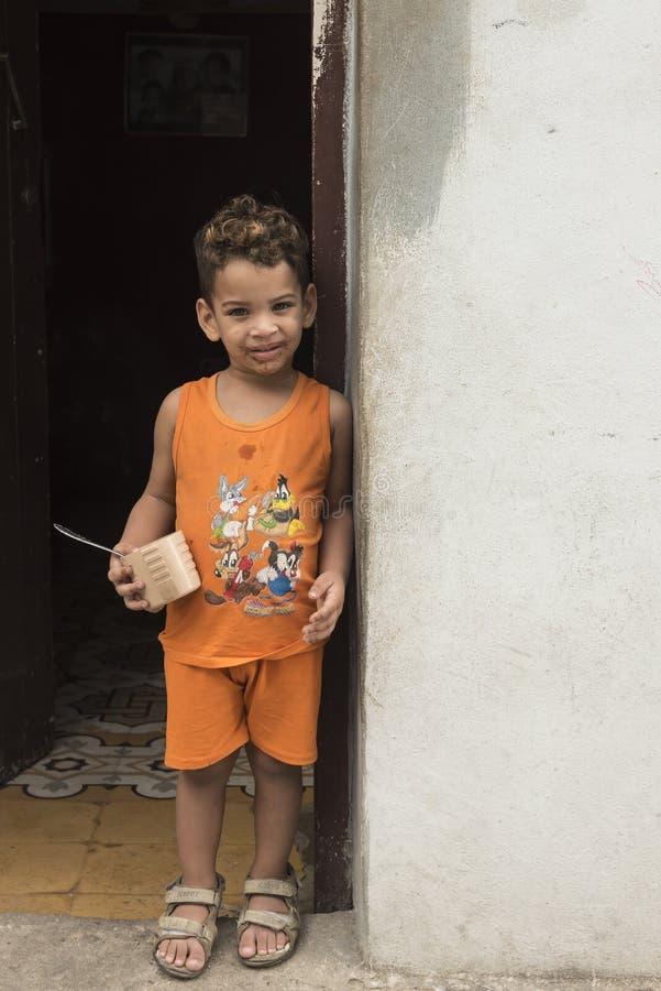 Muchacho que se coloca en la entrada La Habana imágenes de archivo libres de regalías