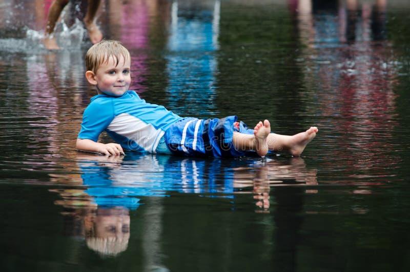 Muchacho que se relaja en el agua imagen de archivo libre de regalías