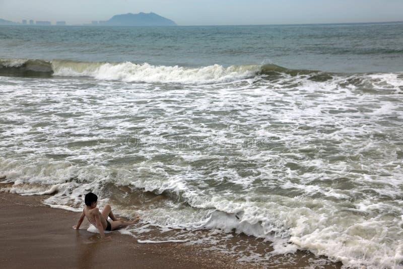 Muchacho que se relaja en el mar fotografía de archivo libre de regalías