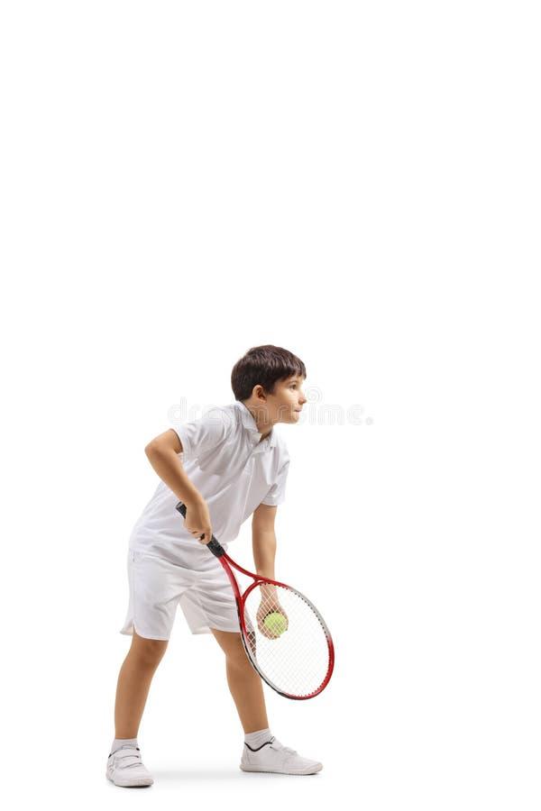 Muchacho que sirve una pelota de tenis fotos de archivo libres de regalías