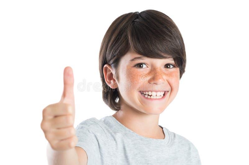 Muchacho que sonríe con el pulgar para arriba imagen de archivo