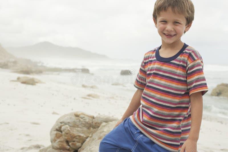 Muchacho que sonríe en la playa fotografía de archivo libre de regalías