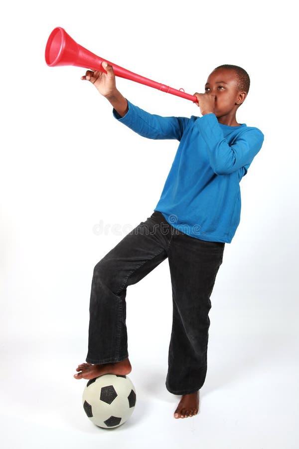 Muchacho que sopla Vuvuzela fotos de archivo