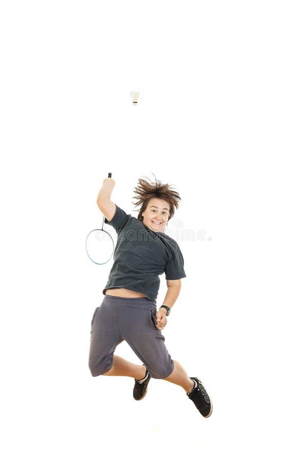 Muchacho que sostiene la estafa de bádminton y que intenta golpear la bola imagen de archivo libre de regalías